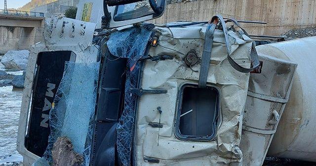 Rize'de beton mikserinin freni boşalınca dereye yuvarlandı