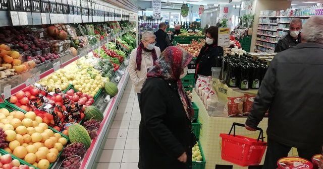 Yaşlılar kısıtlama öncesi alışveriş için sokaklara akın etti