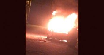 Dükkan önündeki araç çıkan yangında küle döndü