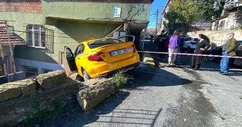 Freni boşalan taksi eve girdi