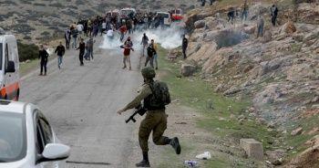 Yaralı Filistinliyi ambulanstan almaya çalıştılar