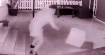 Kargocunun 'kırılacak' yazan paketi merdivenlerden yuvarladığı anlar kamerada