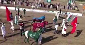Pakistan'daki yarışlarda atlar Türkiye ve Azerbaycan bayraklarının rengine boyandı