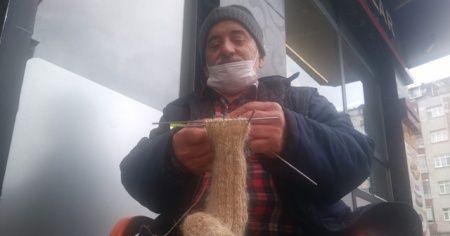 Dedesinden görüp 6 yaşında yapmaya başladığı kıl çorabı örmeyi 60 yıldır sürdürüyor