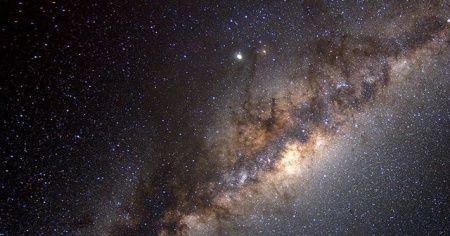 Dünya süper kütleli kara deliğe sanılandan daha yakın