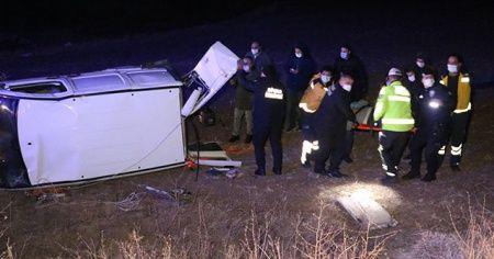 Hafif ticari araç tarlaya uçtu : 5 yaralı