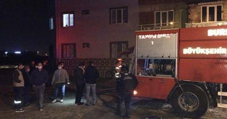 İtfaiye eri yangında yaralanırken, mahalleli virüse rağmen sokağa döküldü