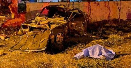Köpeğe ve duvara çarpan otomobilin sürücüsü öldü