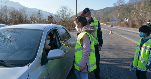 Öğrenciler araçları durdurup koronaya karşı hijyen uyarısı yaptı