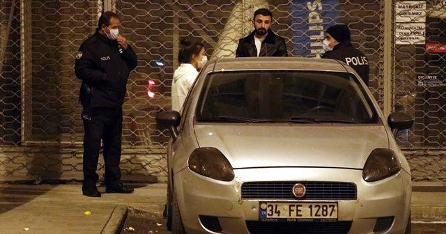 Yakalanmamak için otomobilin arkasına gizlendiler