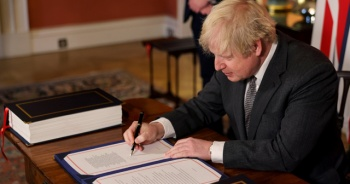 Boris Johnson, AB ile ticaret anlaşmasını imzaladı
