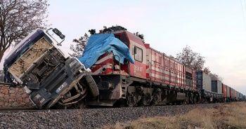 Hemzemin geçitte tıra yük treni çarptı: 5 yaralı