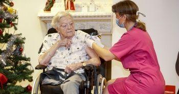 İsveç'te ilk Covid-19 aşısı 91 yaşındaki Johansson'a yapıldı