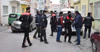 Malatya'da annesini bıçakla rehin alan genci polis ikna etti