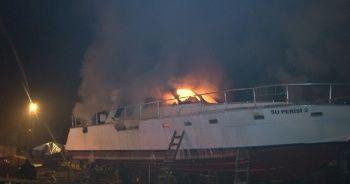 Sarıyer'de balıkçı barınağındaki ticari yat alev alev yandı