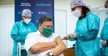 Slovakya'da ilk Covid-19 aşısı vuruldu