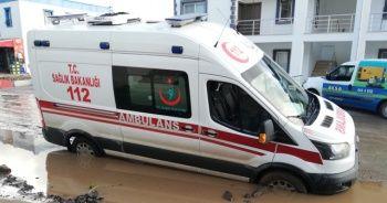 Vakaya giden ambulans çamura saplandı