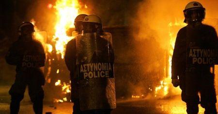Atina'da 70-80 kişilik maskeli grup karakola saldırdı: 5 yaralı