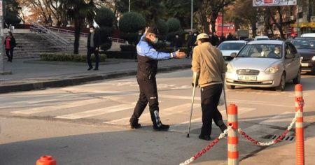 Engelli vatandaşa polisten yardım eli