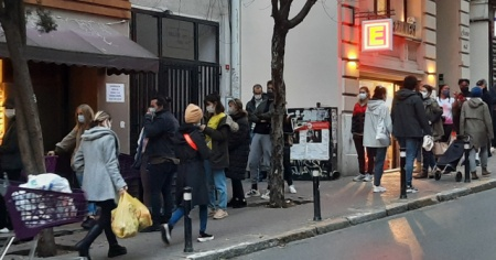 Kısıtlamaya saatler kala vatandaşlar marketlere akın etti