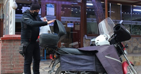 Siparişlere yetişmeye çalışan restoranlar motorlu kurye bulmakta güçlük çekiyor