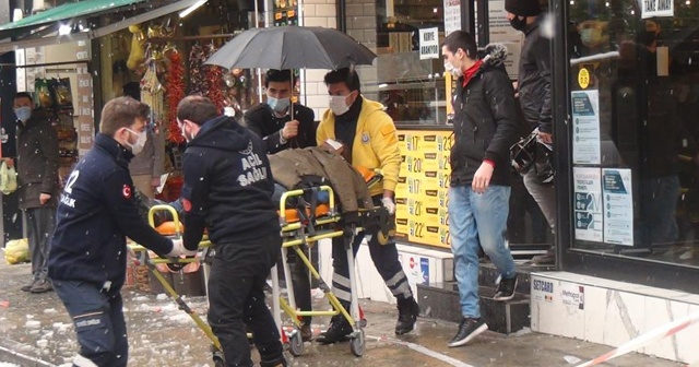 İstanbul'un göbeğinde akıl almaz olay: Turistin başına buz kütlesi düştü