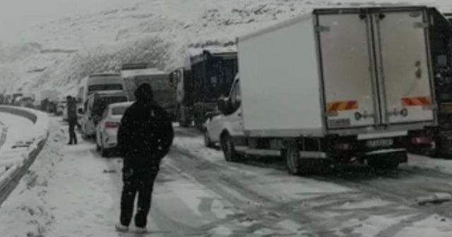 Kar yağışı hayatı felç etti, ulaşım durdu