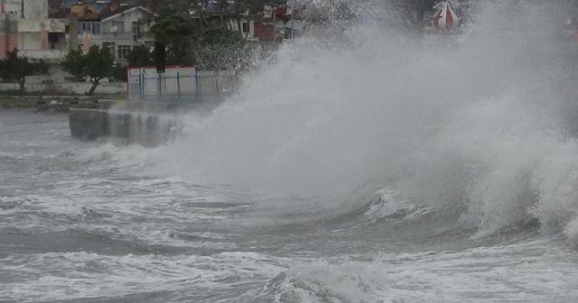 Lodos şiddetlendi, dev dalgalar sahillere vurdu