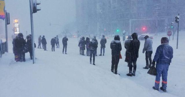 Sağlık çalışanları kapanan yolda dakikalarca bekledi
