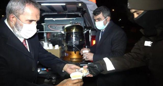 Sanatçı Yavuz Bingöl, polis ekiplerine çorba dağıttı