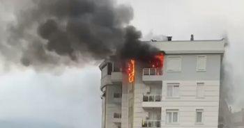 Balkonundan eşyaları atıp evi ateşe verdi