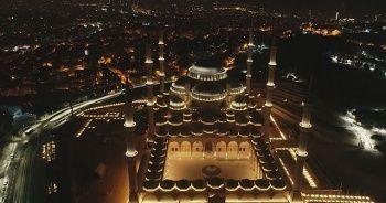 Beyaz örtüye bürünen Çamlıca Camii hayran bıraktı