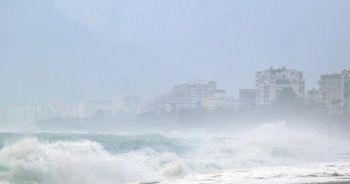 Boyu 4 metreye ulaştı! Dev dalgalar sahili beyaza bürüdü