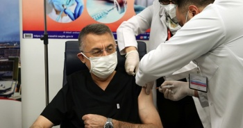 Cumhurbaşkanı Yardımcısı Oktay, Kovid-19 aşısı yaptırdı