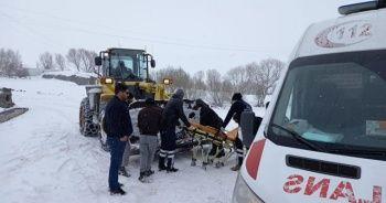 Hasta bir kişi iş makinesiyle ambulansa yetiştirildi