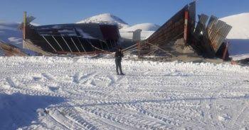 Kar kütlesinin ağırlığına dayanamayan fabrikanın çatısı çöktü