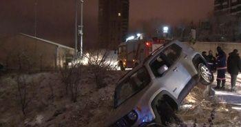 Karda kayan otomobil kaza yaptı