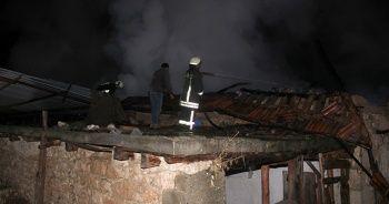 Manisa'da çıkan yangında üç ev kullanılamaz hale geldi
