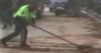 Polis, kürekle yolu temizledi