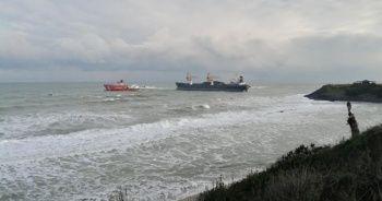 Riva'da kıyıya sürüklenen gemi kurtarıldı