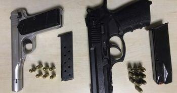 Ruhsatsız tabancayla gezinirken polise yakalandılar