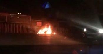 Şehrin en işlek caddesinde motosikletini yakıp kaçtı