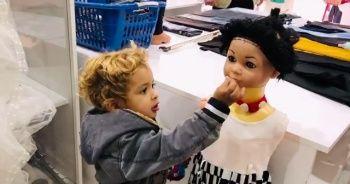 Suriyeli miniğin kekini cansız mankenle paylaşması yürekleri ısıttı