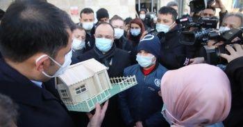 Yaptığı maket evi Bakan Kurum'a hediye etti