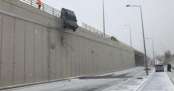 Yoldan çıkan kamyonet köprüde asılı kaldı