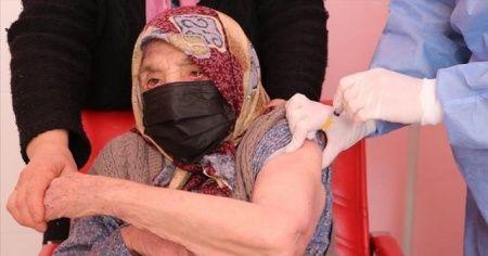 103 yaşındaki kadın, Kovid-19 aşısı oldu