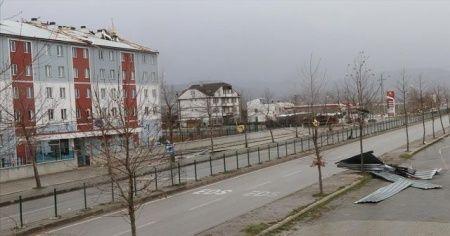 Bolu'da fırtınada çatılar uçtu, ağaçlar devrildi