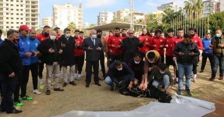 Futbolcular koç keserek, virüssüz sezon için dua ettiler
