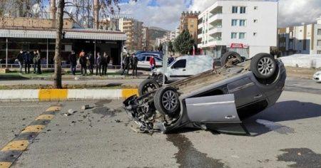 İki otomobil çarpıştı, biri takla attı: 4 yaralı