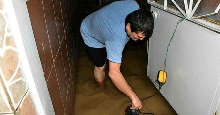 İzmir'de sağanak nedeniyle bazı evleri su bastı